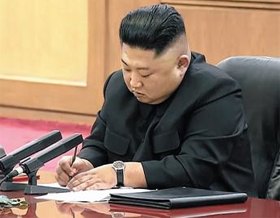 김정은 북한 국무위원장이 지난 8일 북·중 정상회담에서 시진핑 중국 국가 주석의 발언을 고개를 숙인 채 메모하고 있다.
