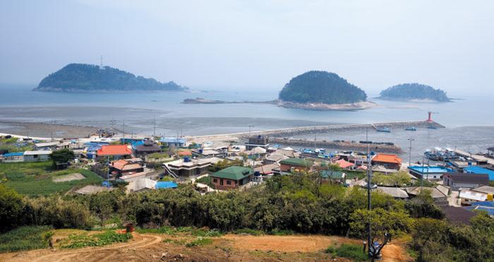 17년 만에 여객선이 운항하는 전북 군산 비안도의 전경. 주택이 들어선 사진 앞쪽이 비안도 본섬이고 멀리 보이는 섬들은 부속 섬이다.