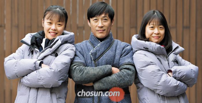 강보라(4단)와 아버지 강호동(7단) 코치, 청소년대표인 동생 미르(4단)가 나란히 선 모습.