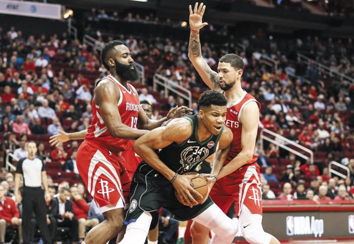 휴스턴 로키츠의 제임스 하든(왼쪽)과 오스틴 리버스(오른쪽)가 10일 NBA 홈경기에서 밀워키 벅스의 야니스 아데토쿤보(가운데)를 수비하고 있다.