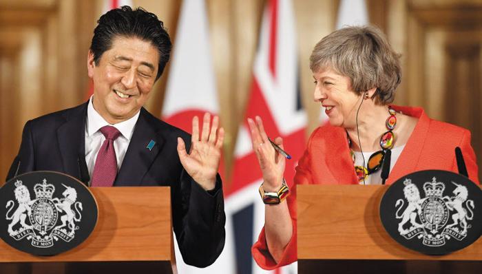 """테리사 메이 영국 총리와 아베 신조 일본 총리가 10일 런던 정상회담 후 기자회견을 하며 웃음을 짓고 있다. 메이 총리는 이 자리에서 """"대북 제재를 돕기 위해 호위함 몬트로스호(號)를 일본 근해에 배치하겠다""""고 했다."""