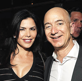 아마존 CEO 제프 베이조스(오른쪽)와 불륜 의혹이 제기된 로런 산체스(왼쪽)가 2016년 12월 미국 로스앤젤레스의 한 파티장에서 나란히 서서 웃고 있다.