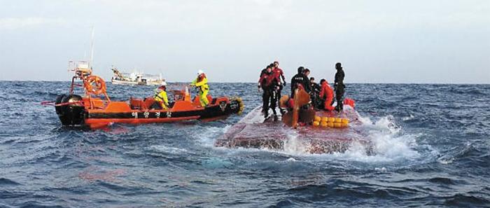 11일 경남 통영시 욕지도 남쪽 해상에서 전복된 낚싯배 승객을 찾기 위해 수색 작업을 벌이고 있다.