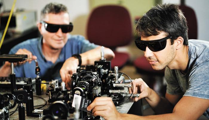 테크니온 공대의 연구원들이 실험실에서 퀀텀(양자) 정보통신 관련 개발을 하고 있다.