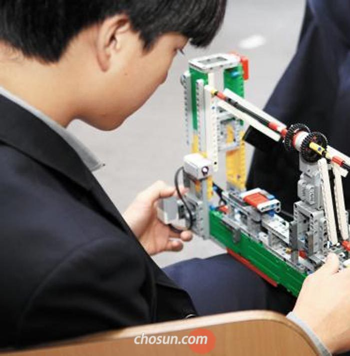 한 학생이 SW자율동아리에서 로봇을 만들고 있다.
