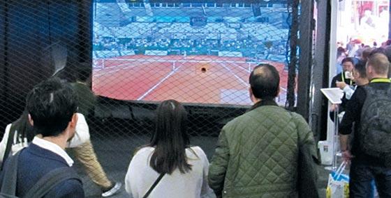 미국 라스베이거스에서 열린 IT 전시회'CES 2019'에서 골프존의 스크린 테니스장에 관람객들이 몰려 구경하고 있다.