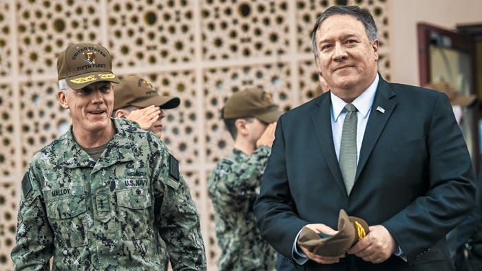 11일(현지 시각) 바레인 수도 마나마에 있는 미 해군 5함대 사령부를 방문한 마이크 폼페이오(오른쪽) 미 국무장관이 제임스 멀로니 미 5함대 부제독과 함께 걸어가고 있다.
