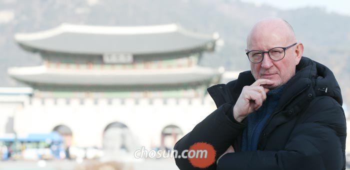 """서울 광화문에서 만난 마이클 브린은""""한국인은 남의 눈을 지나치게 신경 쓰며, 남들이 자기 삶에 너무 많이 개입하도록 한다""""고 했다."""