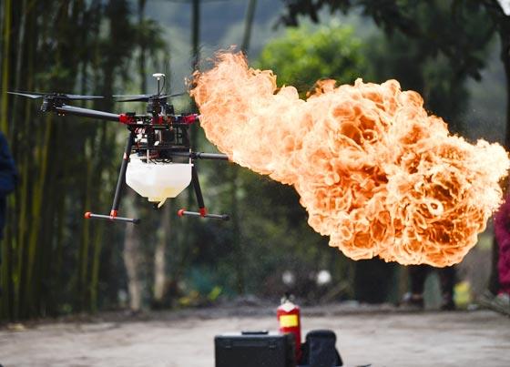 中 불 뿜는 드론… 말벌집 등 제거에 활용
