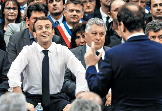 佛 '사회적 대토론'에 참석한 마크롱 - 18일(현지 시각) 프랑스 남부 수이약(Souilac)에서 열린 토론회에 참석한 에마뉘엘 마크롱(왼쪽) 프랑스 대통령이 발언자의 의견을 듣고 있다. 프랑스 정부는 작년 11월 유류세 인상 반대 집회로 출발한 '노란 조끼' 시위가 확산되자, 사회 갈등을 해소하기 위한 '사회적 대토론'을 열고 있다.