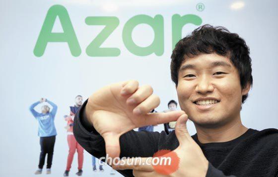 지난달 24일 서울 서초동 하이퍼커넥트 본사에서 안상일 대표가 손가락으로 스마트폰 모양을 만들어 보이고 있다.