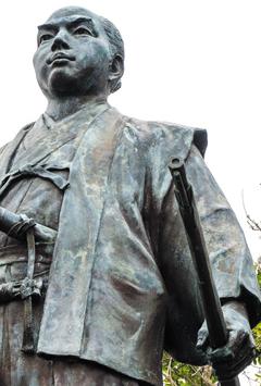 철포를 받아들인 다네가시마 14대 도주 다네가시마 도키타카. 다네가시마 철포박물관 앞에는 칼을 차고 총을 손에 쥔 도키타카의 동상이 서 있다.