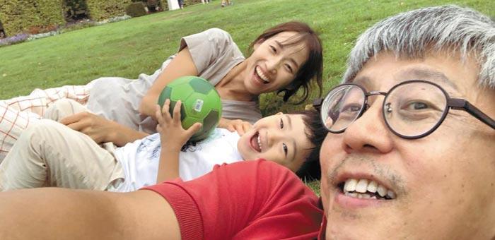 지난해 8월 독일 서부 도시 트리어의 한 시내 공원에서 정재훈(오른쪽) 교수와 아내가 잔디밭에 누워서 아들과 함께 웃고 있다.