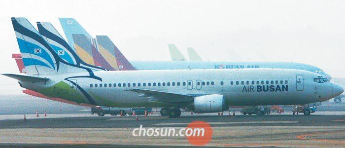 서울 김포공항에 한 저비용항공사(LCC) 비행기가 서 있다.