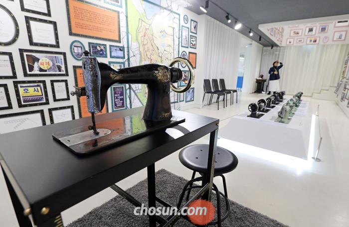 주말인 지난 12일 서울 종로구 창신동 '이음피움 봉제역사관'에서 해설사 혼자 텅 빈 전시실을 지키고 있다. 지난해 4월 약 27억원을 들여 박물관을 열었으나 관람객은 하루 평균 40여 명에 불과하다.