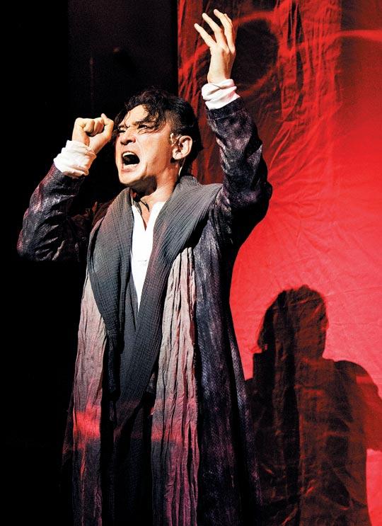 연극'오이디푸스'에서 이오카스테(배해선)가 목숨을 끊자 오이디푸스(황정민)는 자신의 눈을 찌르며 절규한다.