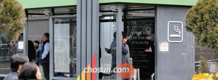 서울 을지로입구역 사거리에 있는 흡연자 전용 공간.