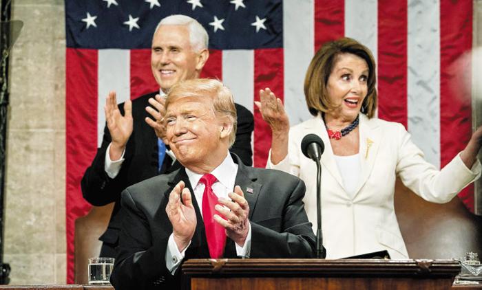 5일(현지 시각) 미 의회 신년 국정 연설에 나선 도널드 트럼프(가운데) 미국 대통령이 미소를 지으며 박수를 치고 있다. 마이크 펜스(뒷줄 왼쪽) 부통령 겸 상원 의장과 낸시 펠로시(오른쪽) 하원 의장도 연단 뒤편에 함께 서 있다.