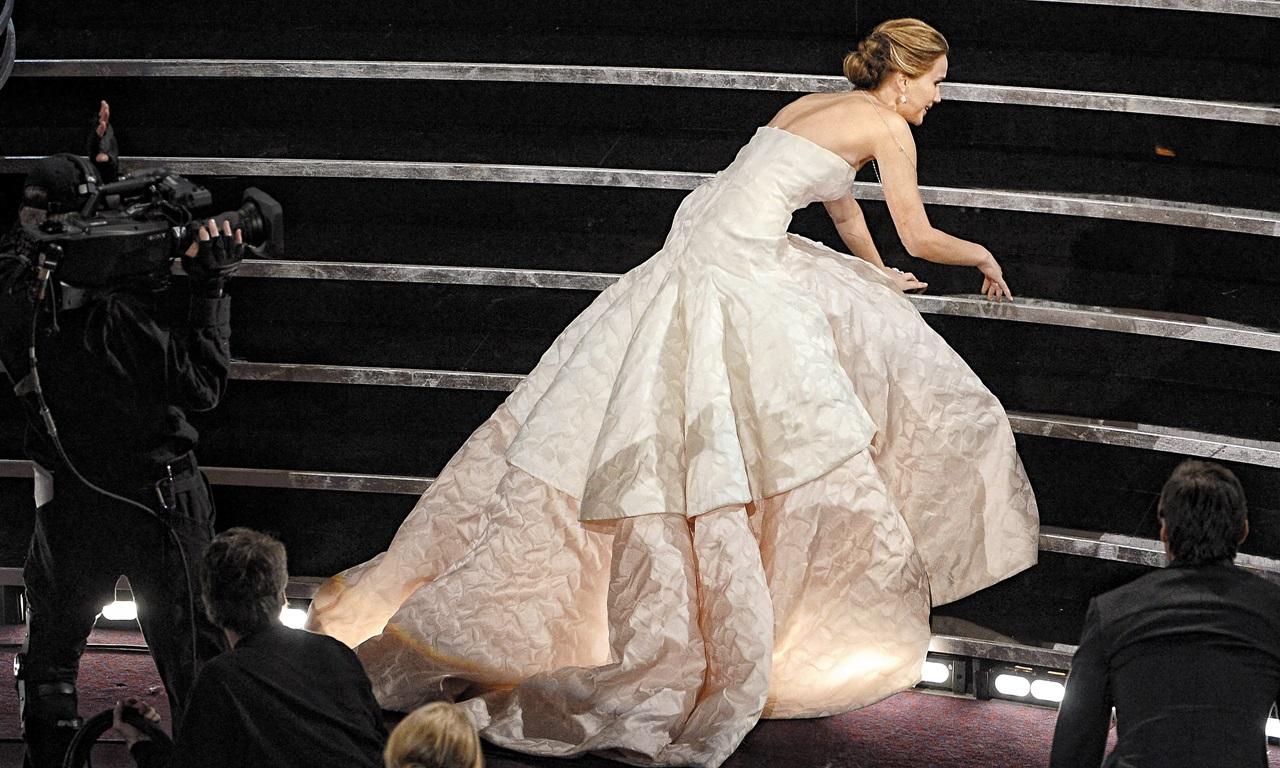 """영화배우 제니퍼 로렌스는 2013년 오스카 시상식에서 드레스에 걸려 꽈당 넘어졌다. 그리고 옷매무새를 추스르며 일어났다. 그녀는 기립 박수를 보내는 관중을 향해 말했다. """"제가 넘어진 게 안돼 보여서 일어나 계신 거죠. 정말 창피하네요. 하지만 감사합니다."""" 솔직하고 의연한 말 한마디에서 그녀의 우아함을 읽는다. '우아함'은 의외로 너그럽고 편안한 것일지도 모른다."""