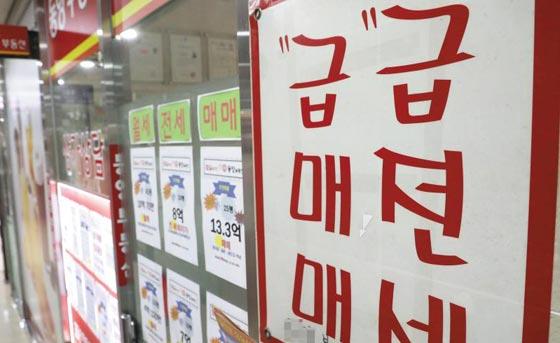 10일 서울 강남권의 한 부동산 중개업소에 보증금을 대폭 낮춘 아파트 전세 물량을 알리는 전단이 잔뜩 붙어 있다.