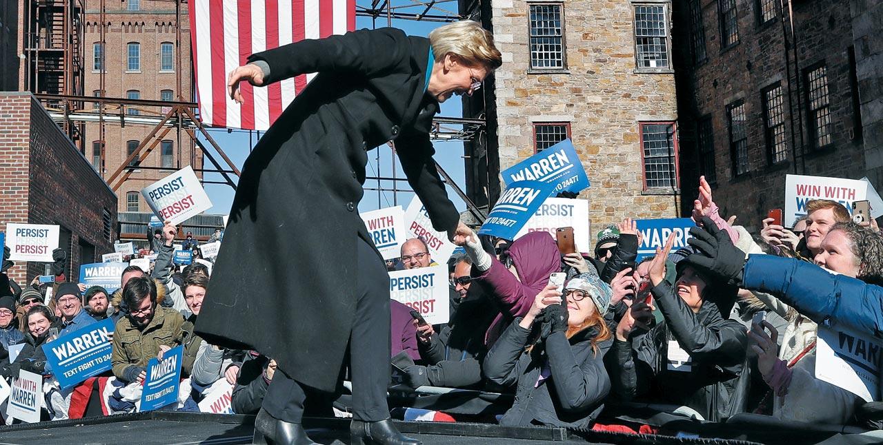 미 민주당 유력 대선 주자인 엘리자베스 워런(69) 상원의원(매사추세츠)이 9일(현지 시각) 미 노동운동 발상지인 매사추세츠주(州) 로렌스시에서 열린 자신의 대선 출마 선언 행사에서 지지자들과 손을 잡고 있다.