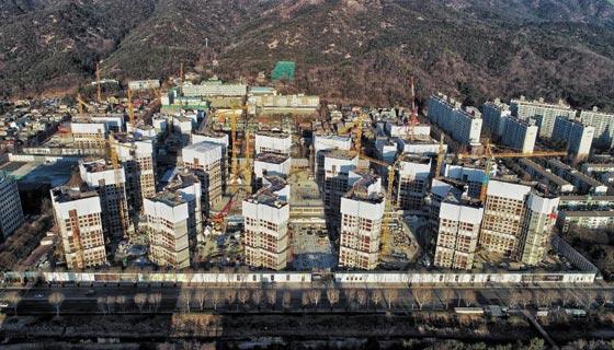정부의 고분양가 규제를 피하기 위해 최근 후분양을 결정한 과천주공1단지 재건축 공사 현장.