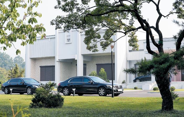 지난해 9월 17일 문재인 대통령 부부 전용 방탄 차량이 평양 백화원초대소 영빈관 앞에 대기하고 있다.