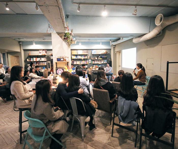 김소영 아나운서가 진행하는 '북콘서트'를 듣고 있는 롯데백화점 문화센터 학생들.