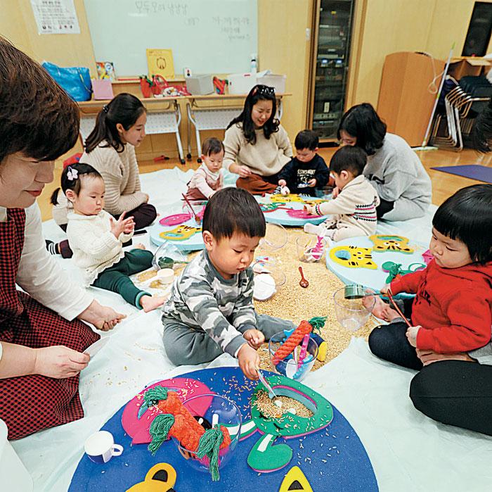 서울 이마트 성수점 문화센터에서 부모와 아이들이 곡물을 이용해 감각을 키우는 '북이랑 놀이랑'을 수강하는 모습.