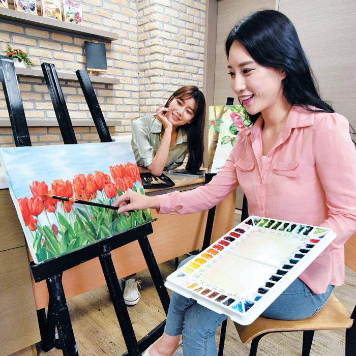 홈플러스 서울 강서점 문화센터에서 미술 강의를 수강 중인 직장인 여성들.
