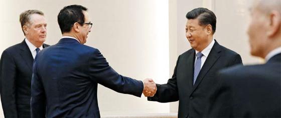 므누신 만나는 시진핑 - 지난 15일 중국 베이징 인민대회당에서 열린 2차 미·중 고위급 무역협상에 앞서 중국 시진핑(오른쪽에서 둘째) 국가주석이 미국 스티븐 므누신(왼쪽에서 둘째) 재무장관과 악수하고 있다. 맨 오른쪽은 중국 류허 부총리, 왼쪽 끝은 로버트 라이트하이저 미국 무역대표부 대표다.