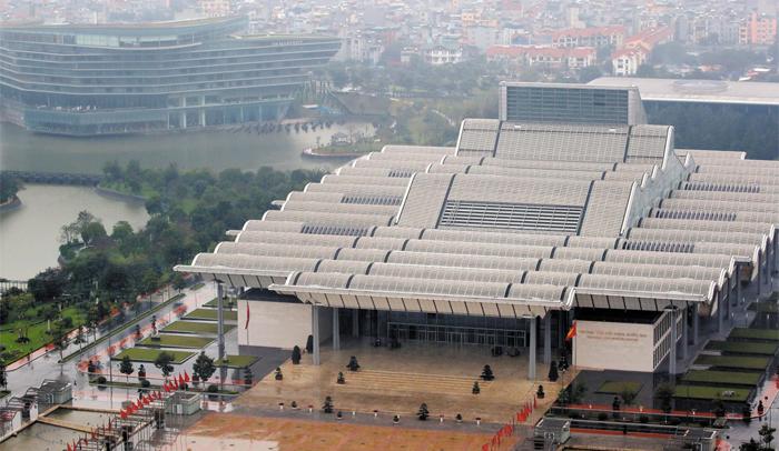 회담장·트럼프 숙소로 유력한 컨벤션센터와 매리엇 호텔 - 오는 27~28일 2차 미·북 정상회담이 열릴 장소로 유력한 베트남 하노이 국립컨벤션센터(NCC)의 모습. 왼쪽 뒤로는 미국 트럼프 대통령의 숙소로 유력한 JW 매리엇 호텔이 보인다.