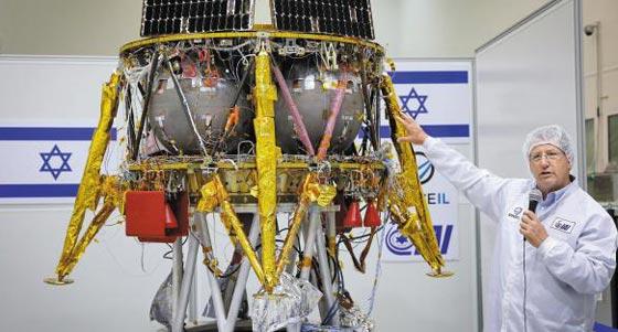 지난해 7월 이스라엘 텔아비브에서 열린 언론 초청 행사에서 스페이스IL 관계자가 달 탐사선 '베레시트(창세기)'를 소개하고 있다.