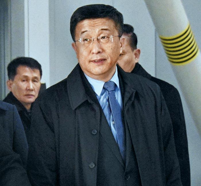 김혁철 북한 국무위원회 대미특별대표가 19일 중국 베이징 서우두 국제공항을 통해 입국하고 있다.