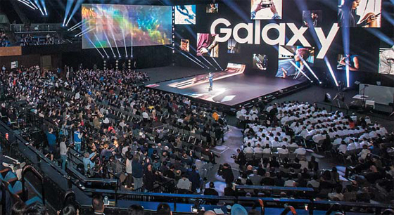 20일(현지 시각) 미국 샌프란시스코 빌 그레이엄 시빅 센터에서 열린 '삼성 갤럭시 언팩 2019' 행사에서 고동진 삼성전자 스마트폰 부문 사장이 발표하고 있다. 삼성전자는 이날 행사에서 폴더블(접히는) 스마트폰인 '갤럭시 폴드'를 처음으로 공개했다.