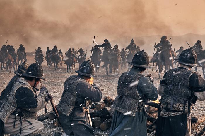 병자호란 당시 만주 기병과 조선군의 전투 장면을 재현한 영화 '남한산성'. 만주 기병은 압도적 전투력으로 조선군을 몰아붙였다.