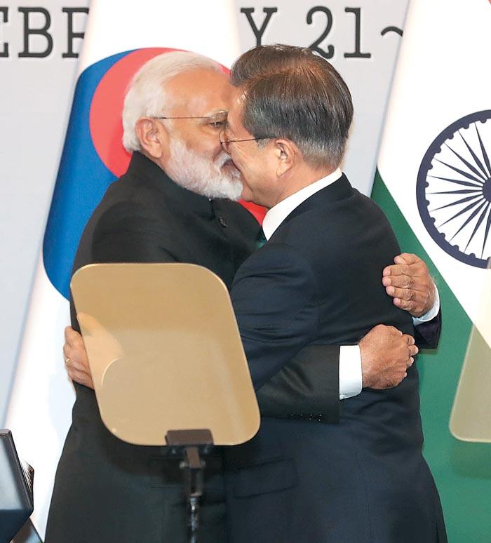 문재인 대통령과 나렌드라 모디 인도 총리가 22일 청와대 본관에서 한·인도 정상회담 결과를 설명하는 공동 기자회견을 마친 뒤 포옹하고 있다.