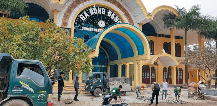 22일 중국과 베트남의 접경 지역인 베트남 북부 랑선성 동당역 앞에서 도로 보수 공사가 진행되고 있다.