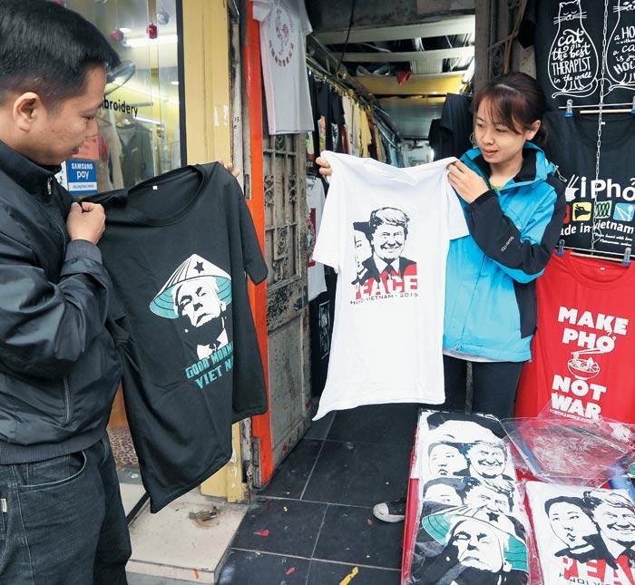 22일(현지 시각) 베트남 하노이 시내 상점에 도널드 트럼프 미국 대통령과 김정은 북한 국무위원장 얼굴이 그려진 티셔츠가 진열돼 있다.