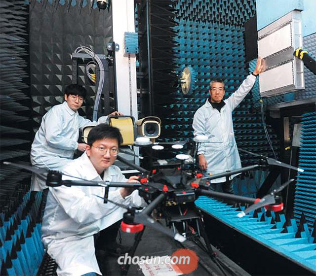 지난 20일 한화시스템 용인연구소에서 김건우 수석연구원과 김훌륭·이성제(왼쪽부터 시계 반대 방향으로) 연구원이 드론 감시 레이더 1차 시제품 분석 작업을 벌이고 있다. 김 수석연구원이 손을 대고 있는 부분이 드론 감시 레이더이다.