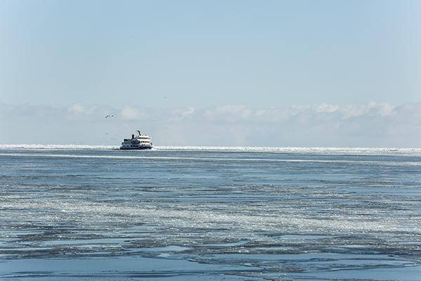 아바시리에서는 450명 정원인 유빙관광쇄빙선 오로라1, 2호가 매일 5회 운항되고 있다.
