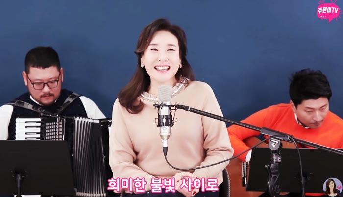 가수 주현미가 유튜브 채널 '주현미TV'에 출연해 '신사동 그 사람'을 부르고 있다.
