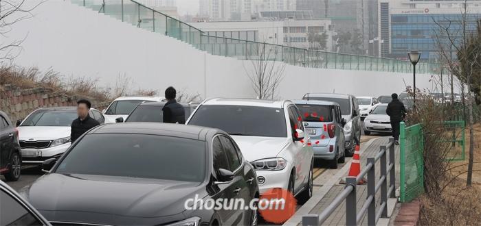 6일 경기 의정부시 광역행정타운 인근 도로에 차들이 불법 주차돼 있다. 상당수는 이날 차량 2부제로 공공 기관 주차장에 못 들어가는 홀수 번호판 차량(붉은 원 표시)이었다.