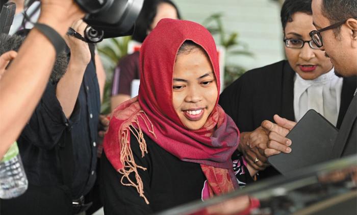 """11일(현지 시각) 오전 김정남 독살 혐의로 기소된 인도네시아인 시티 아이샤(가운데)가 말레이시아 검찰의 기소 취소로 풀려나고 있다. 아이샤는 법원을 나서면서 """"오늘 아침에야 석방될 것이라는 소식을 들었다""""고 했다. 말레이시아 측은 아이샤의 석방 배경을 밝히지 않았다."""