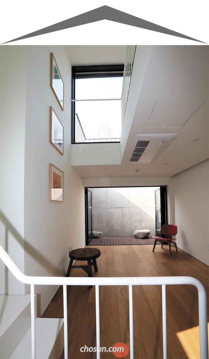 서울 용산 해방촌 '해방구' 내부 모습. 테라스가 딸린 3층 거실 위로 다락이 보인다.