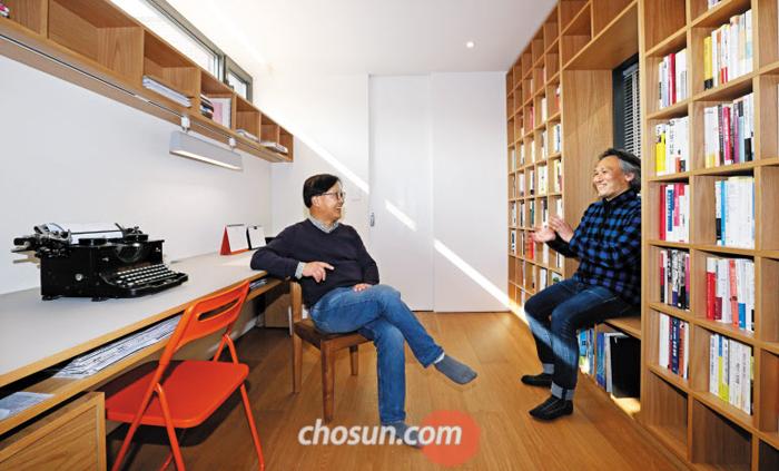 한재훈(왼쪽)씨가 가장 많은 시간을 보내는 2층 서재에서 건축가 임태병 소장과 대화하는 모습.