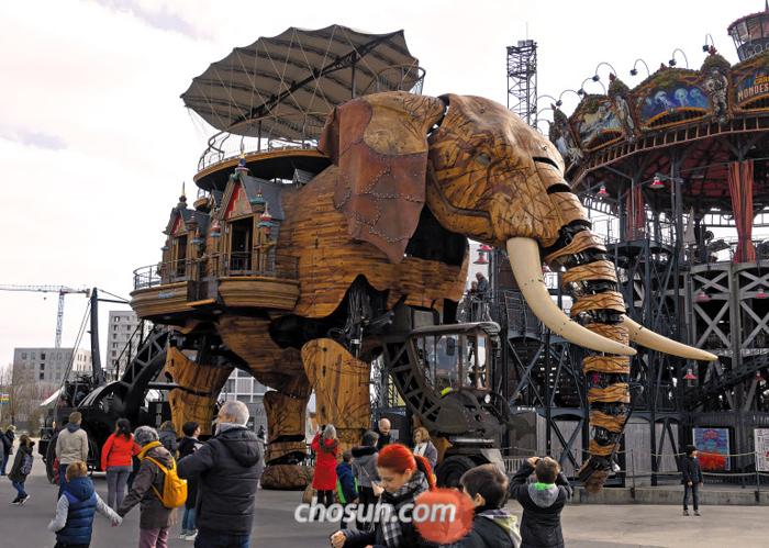 프랑스 낭트의 명물 '거대 코끼리'. 문 닫은 조선소에 남은 고철 등으로 만들었다.