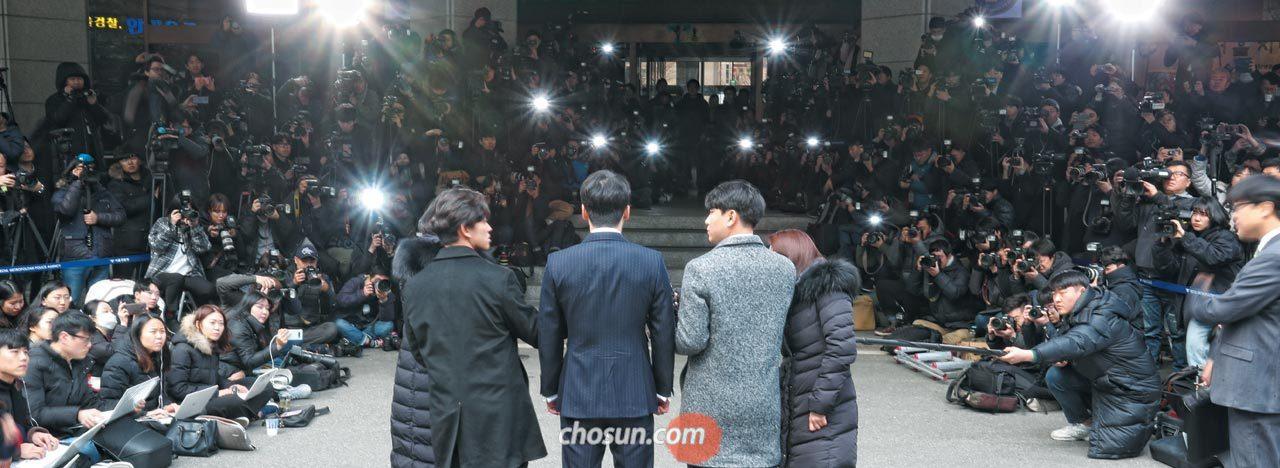 14일 오후 2시쯤 성매매 알선 혐의를 받는 이승현(예명 승리·가운데)씨가 서울 종로구 내자동 서울지방경찰청에 출석해 취재진의 질문을 받고 있다.