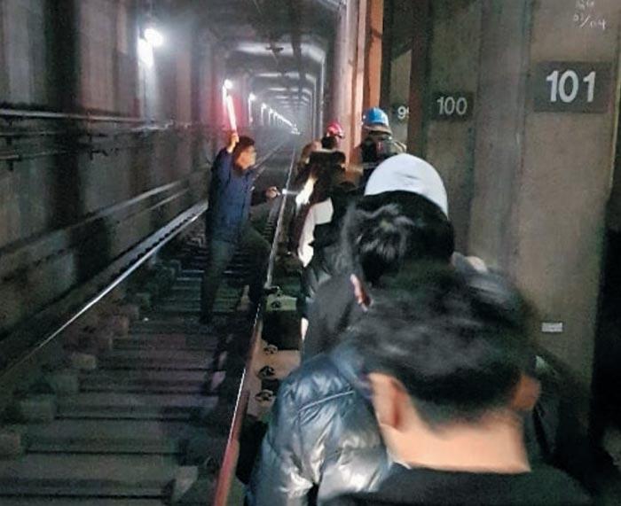 14일 오후 발생한 서울지하철 7호선 탈선 사고로 긴급 하차한 승객 약 300명이 사고 지점에서부터 400m를 걸어 도봉산역으로 걸어가고 있다.