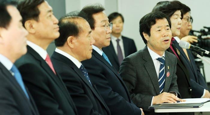 14일 김승환(오른쪽 셋째) 전북교육감 등 전국 시도교육감이 세종시에서 기자회견을 열고